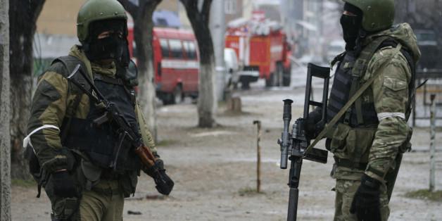 Membres des forces spéciales russes pendant une opération visant des présumés militants à Makhachkala, capitale de la République Russe du Nord Caucase, le Daguestan, 20 janvier, 2014. REUTERS/Stringer  (RUSSIA - Tags: POLITICS CIVIL UNREST MILITARY)