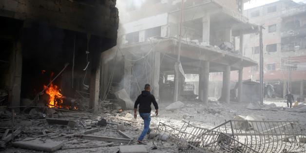Un homme marche sur des ruines après un bombardement à Douma, dans la Ghouta orientale près de Damas, Syrie, 9 février 2018.