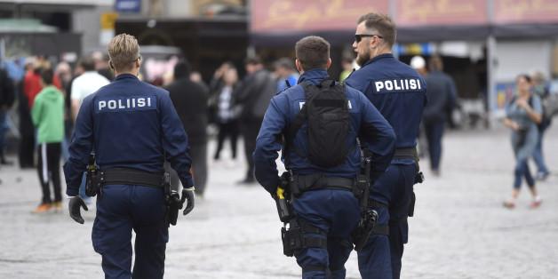 La police finlandaise patrouille sur la place du marché de Turku, en Finlande, le 19 août 2017, au lendemain d'un attaque au couteau.