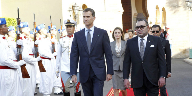 Morocco's King Mohammed VI (R) walks with Spain's King Felipe VI (C) and Queen Letizia upon their arrival at the Royal Palace in Rabat July 14, 2014. REUTERS/Zipi/Pool (MOROCCO - Tags: ROYALS POLITICS)