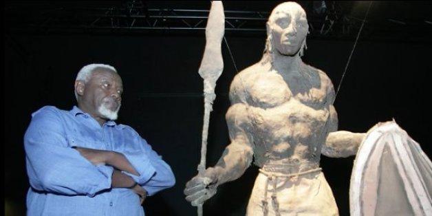 Le sculpteur sénégalais Ousmane Sow à côté de l'une de ses oeuvres.