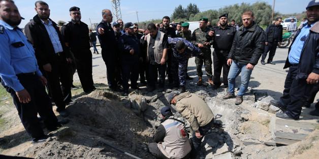Le chef de la police du Hamas, Tayseer al-Batish, inspecte le site de l'explosion qui ciblait le convoi du Premier ministre palestinien Rami Hamdallah, dans le nord de la bande de Gaza, 13 mars 2018.