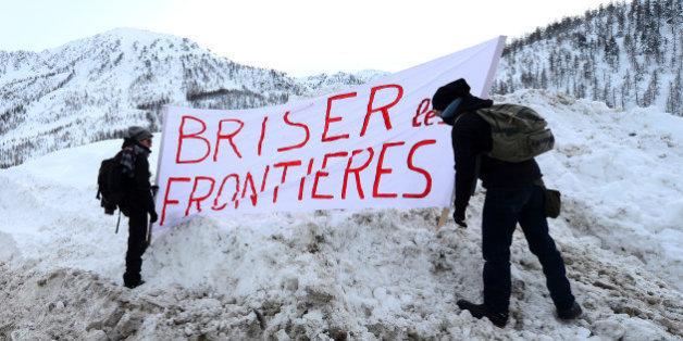 Des manifestants réclamant l'ouverture de la frontière au Montgenèvre, là où Benoît Ducos est venu en aide à une femme sur le point d'accoucher dans la neige.