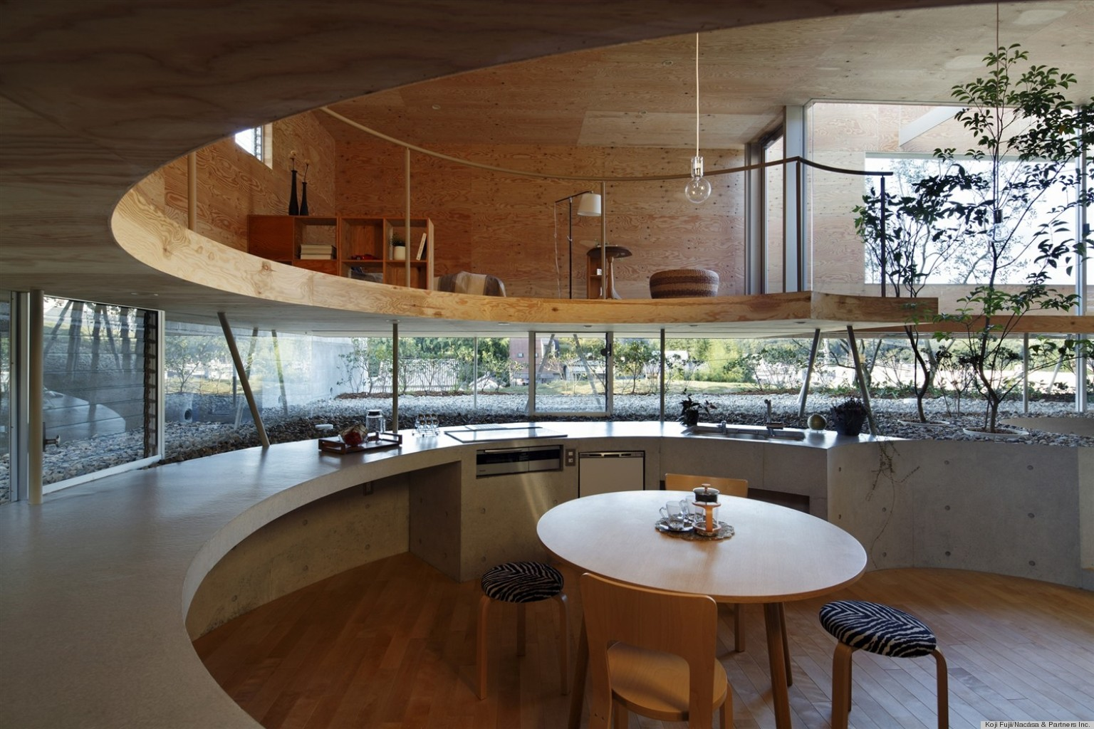 House tour inside the 39 pit house 39 designed by japanese firm uid architects huffpost - Case giapponesi moderne ...