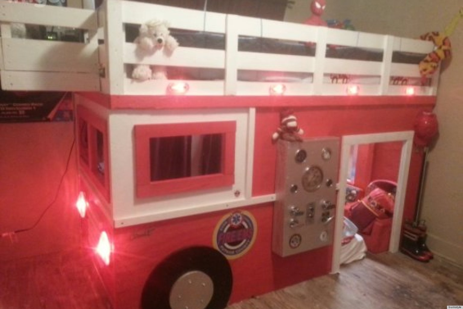 Firefighter dad builds realistic diy firetruck bed for his for Cuarto 4x4 metros